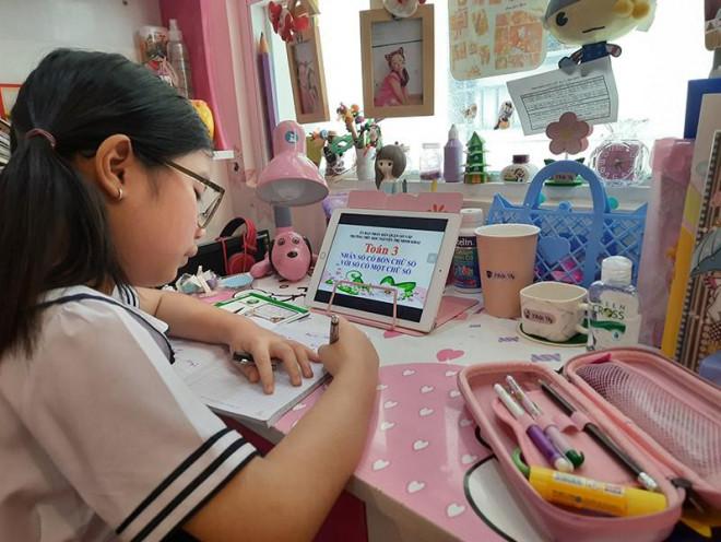 Học sinh Trường Tiểu học Nguyễn Thị Minh Khai (quận Gò Vấp, TP.HCM) học bài tại nhà trong thời gian nghỉ học tránh dịch COVID-19. Ảnh: NTCC