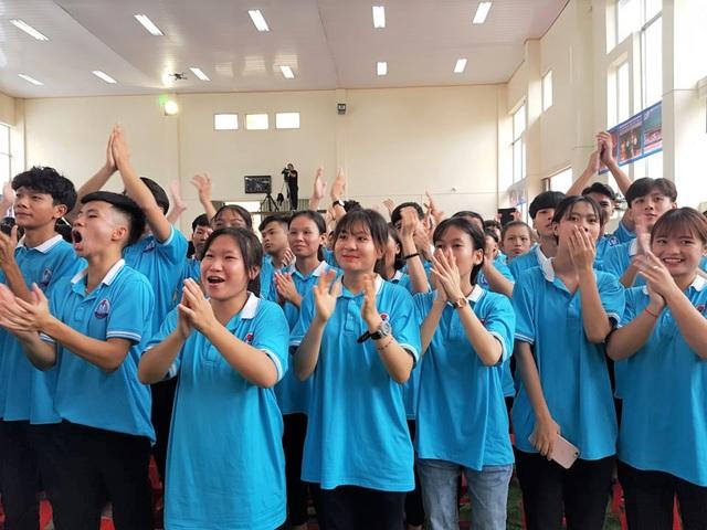 Thầy cô giáo, bạn bè vui mừng trước chiến thắng của Thu Hằng.